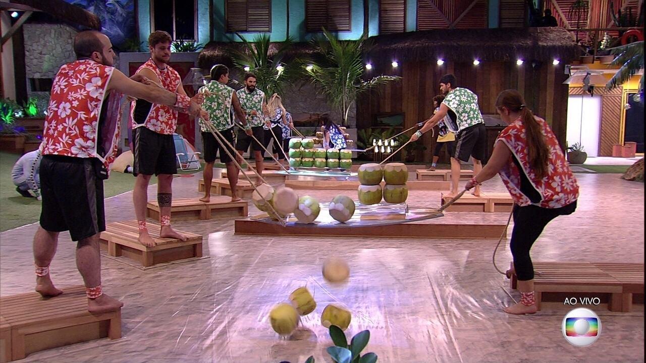 Grupo vermelho derruba os cocos e perde vantagem