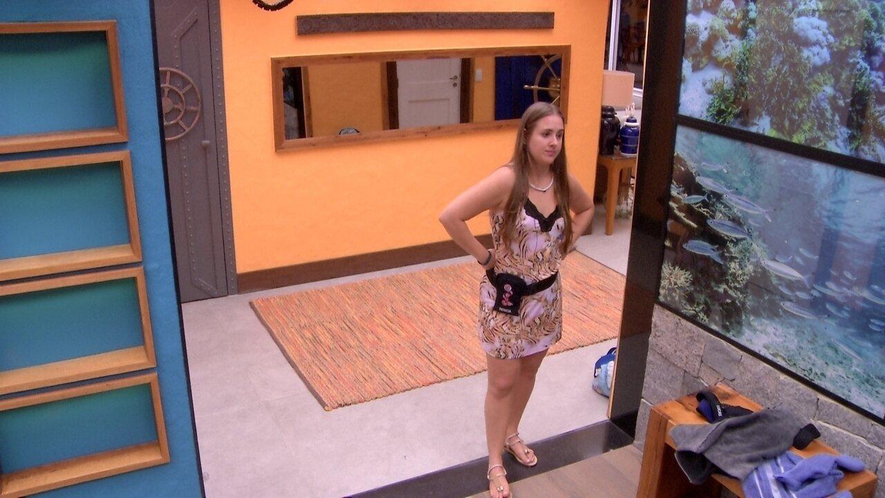 Patrícia vê Lucas no banho e faz elogio ao brother