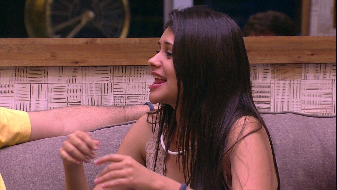 Ana Paula e Mara cantam na sala