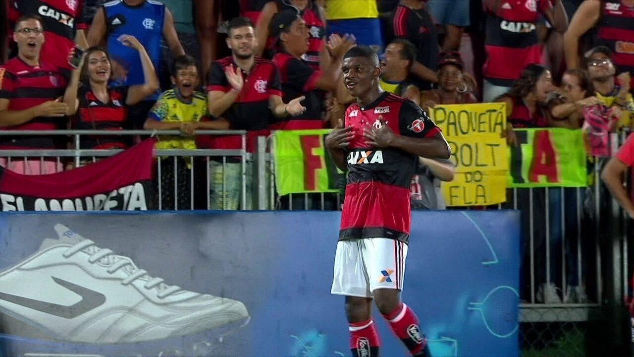 Gol do Flamengo! Vinicius Jr dá caneta, ganha de três, cruza e Lincoln marca aos 35 do 1º