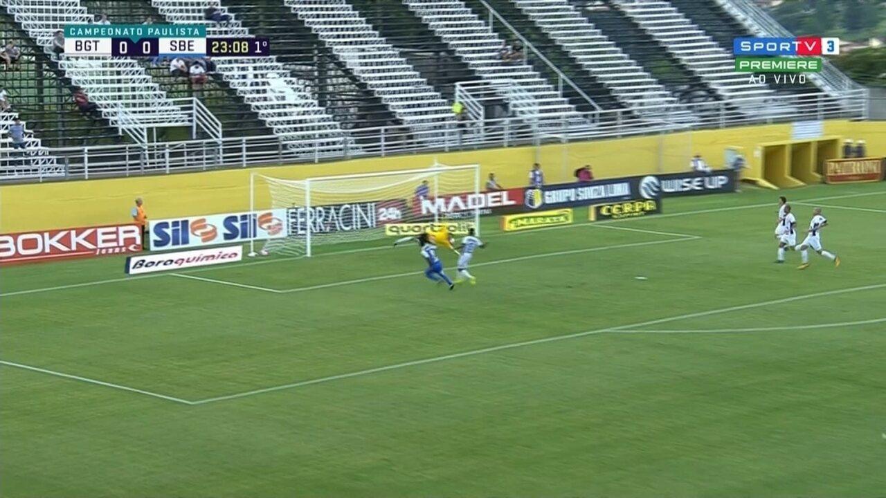 GOL! Celsinho puxa o contra-ataque e toca para Lúcio Flávio marcar aos 23 do 1º tempo