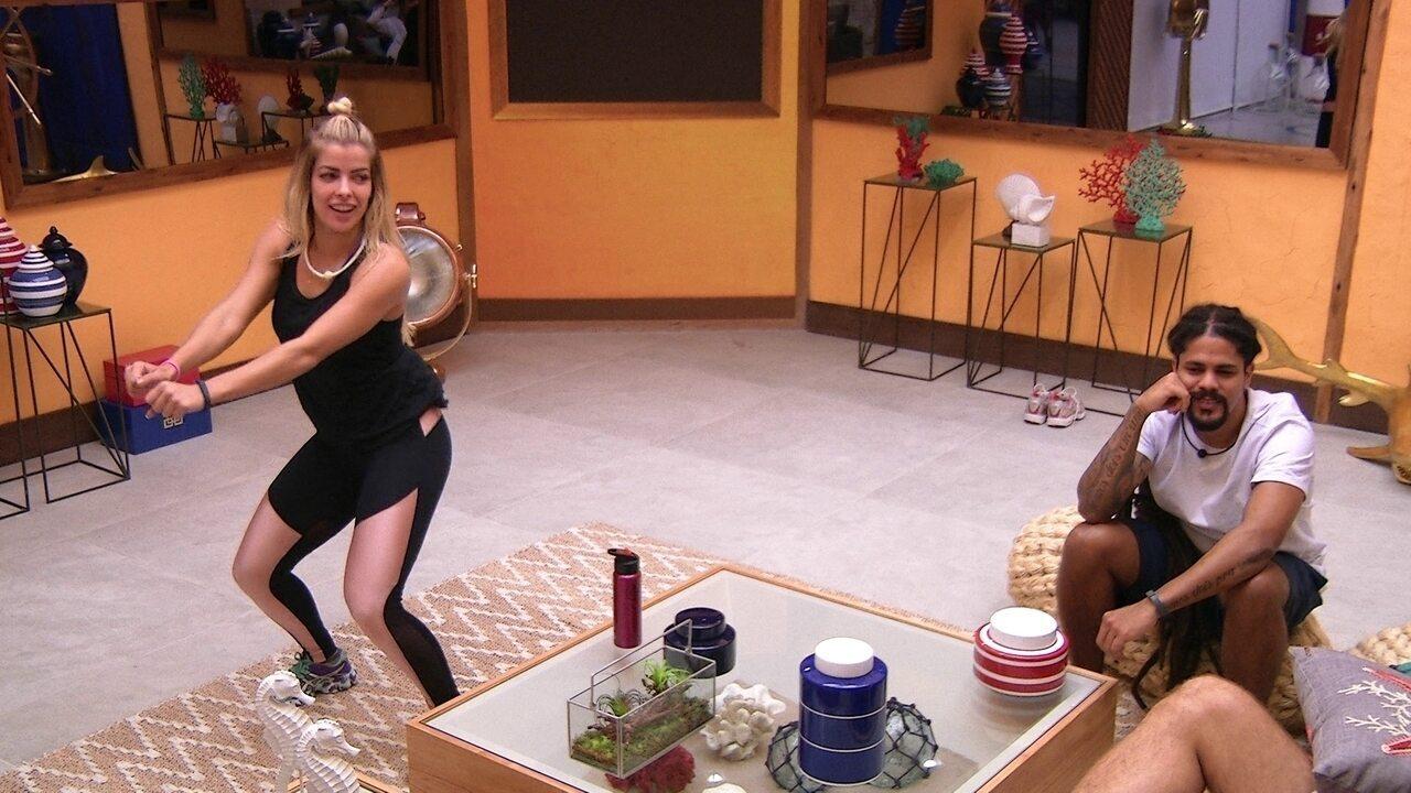 Jaqueline dança e canta funk na sala
