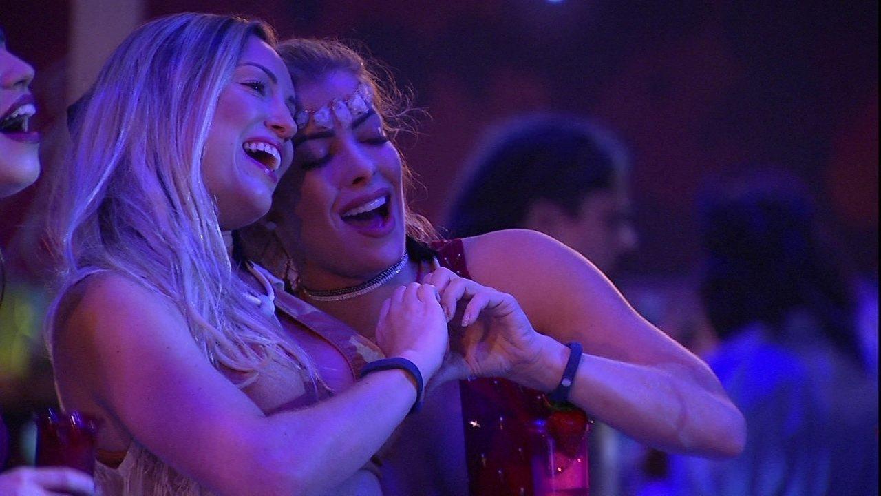 Jéssica e Jaqueline se abraçam na pista de dança