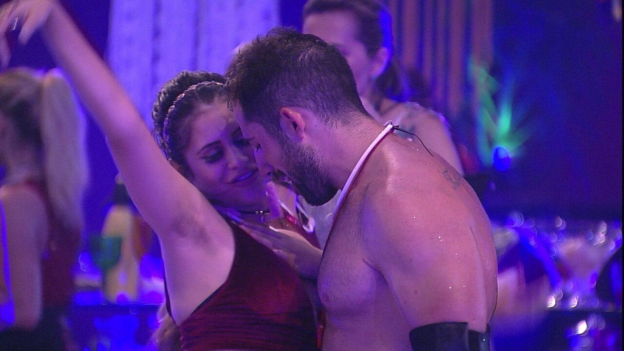 Kaysar e Ana Paula descem coladinhos até o chão na Festa Alto Astral
