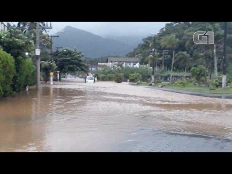Chuva provoca alagamento em Caraguatatuba