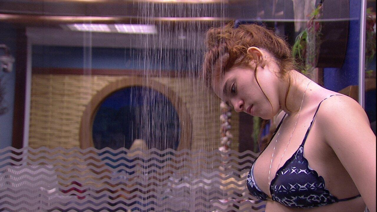 Ana Clara toma banho no Bangalô do Líder
