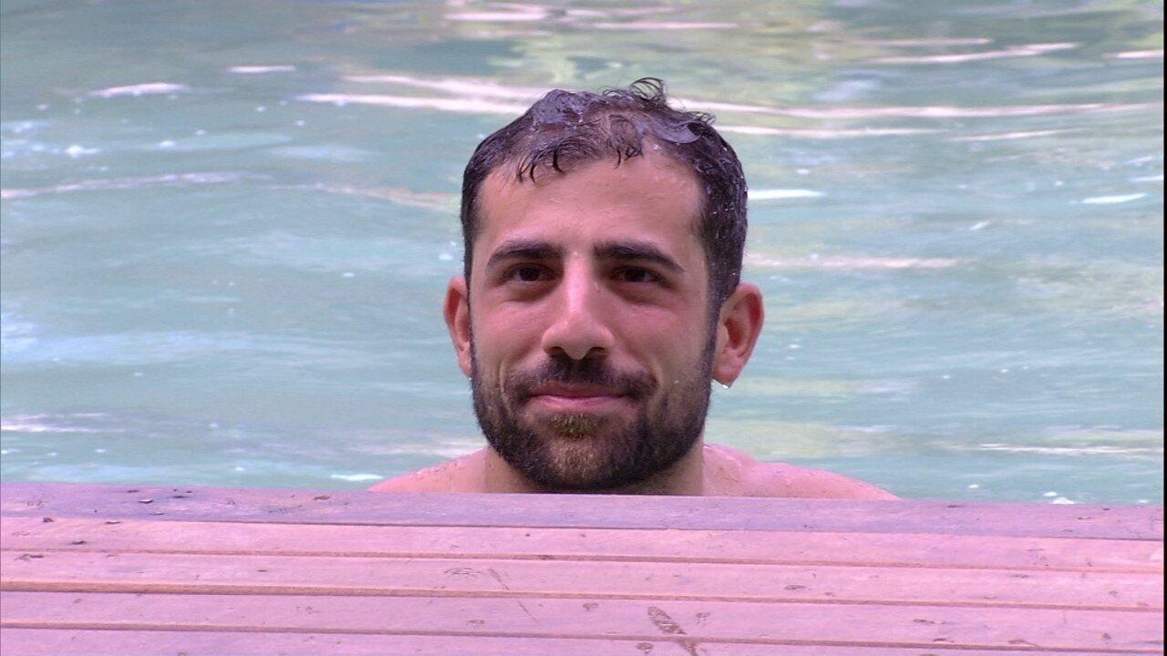 Kaysar mergulha na piscina