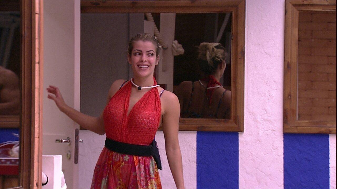 Jaqueline convida Lucas para tomar banho com ela e Jéssica