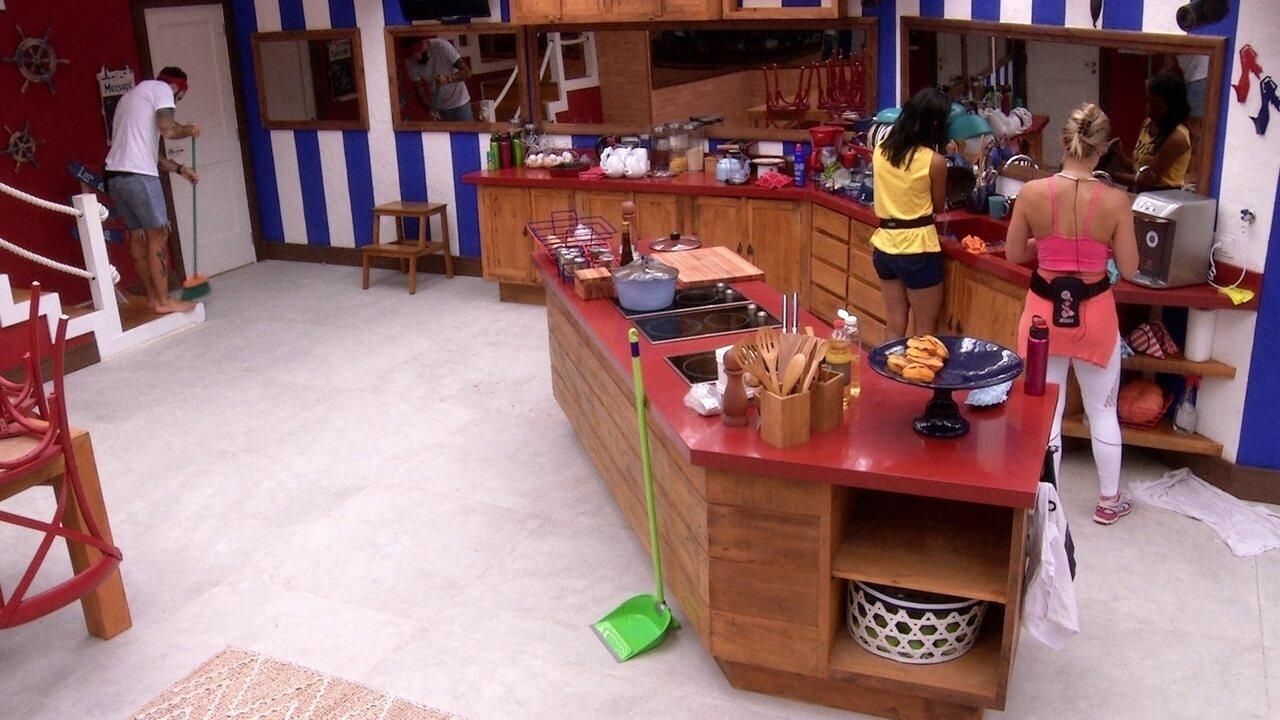 Wagner e Gleici limpam a cozinha