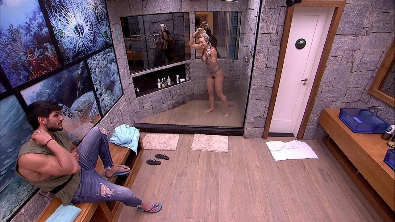 Jéssica toma banho enquanto conversa com Lucas