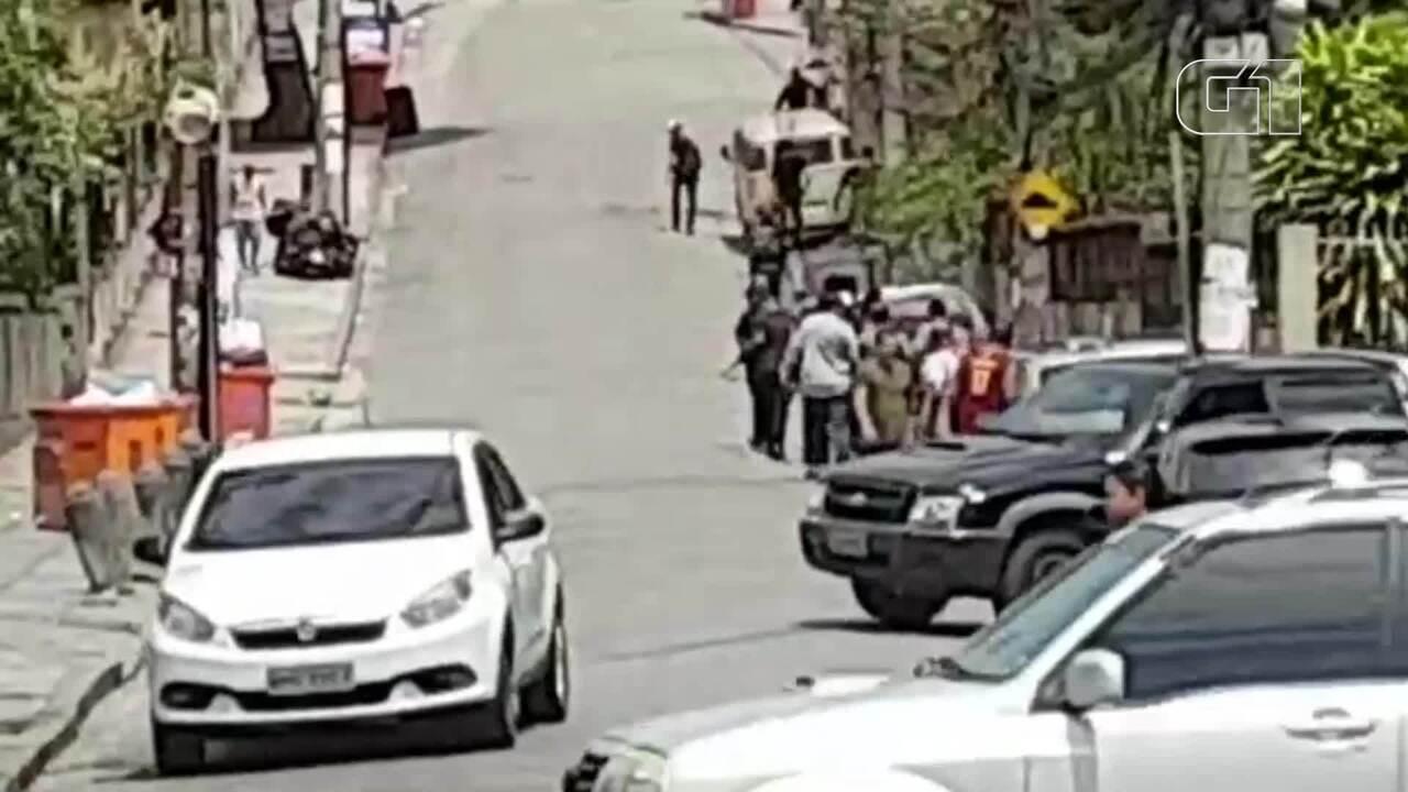 Vídeo mostra homens armados nos arredores da Praça Seca