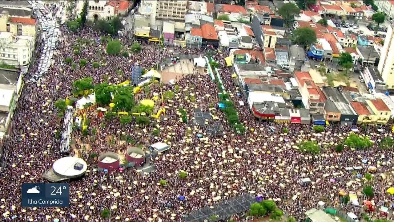 Pré-carnaval leva milhares de foliões às ruas da capital
