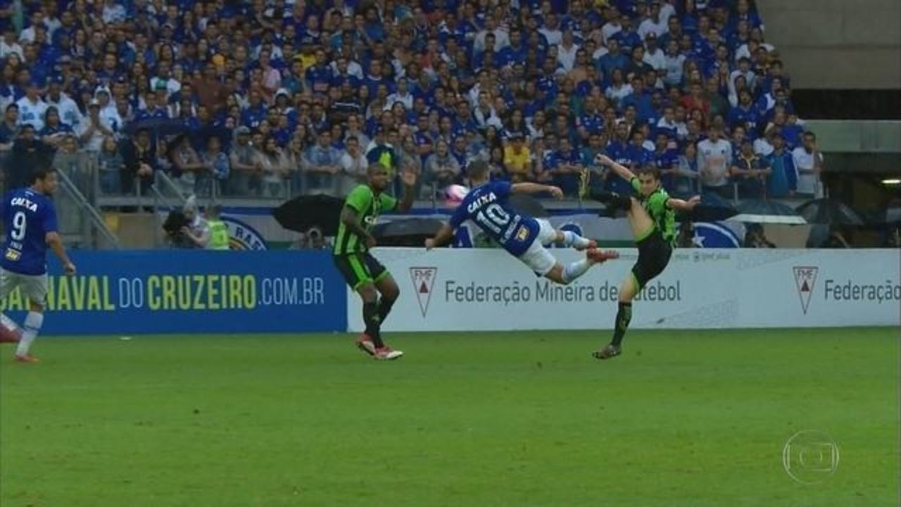 Gol do Cruzeiro! Edílson cruza, e Arrascaeta, de voleio, abre o placar no Mineirão
