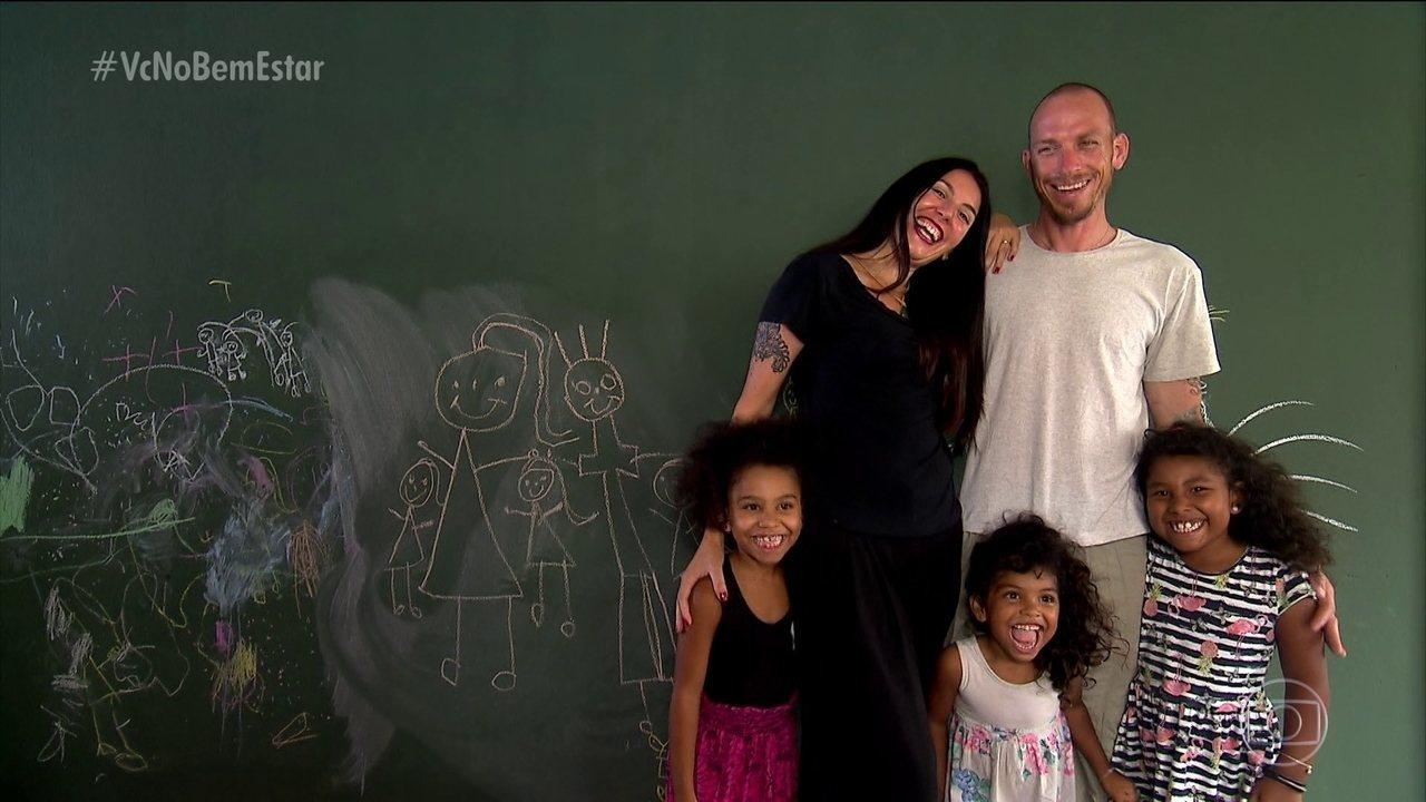 Casal adota três irmãs