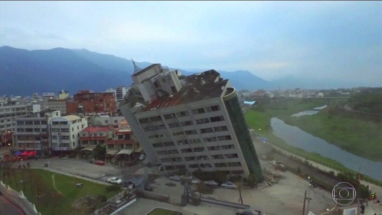 Equipes de resgate trabalham sem parar em busca de sobreviventes de terremoto, em Taiwan