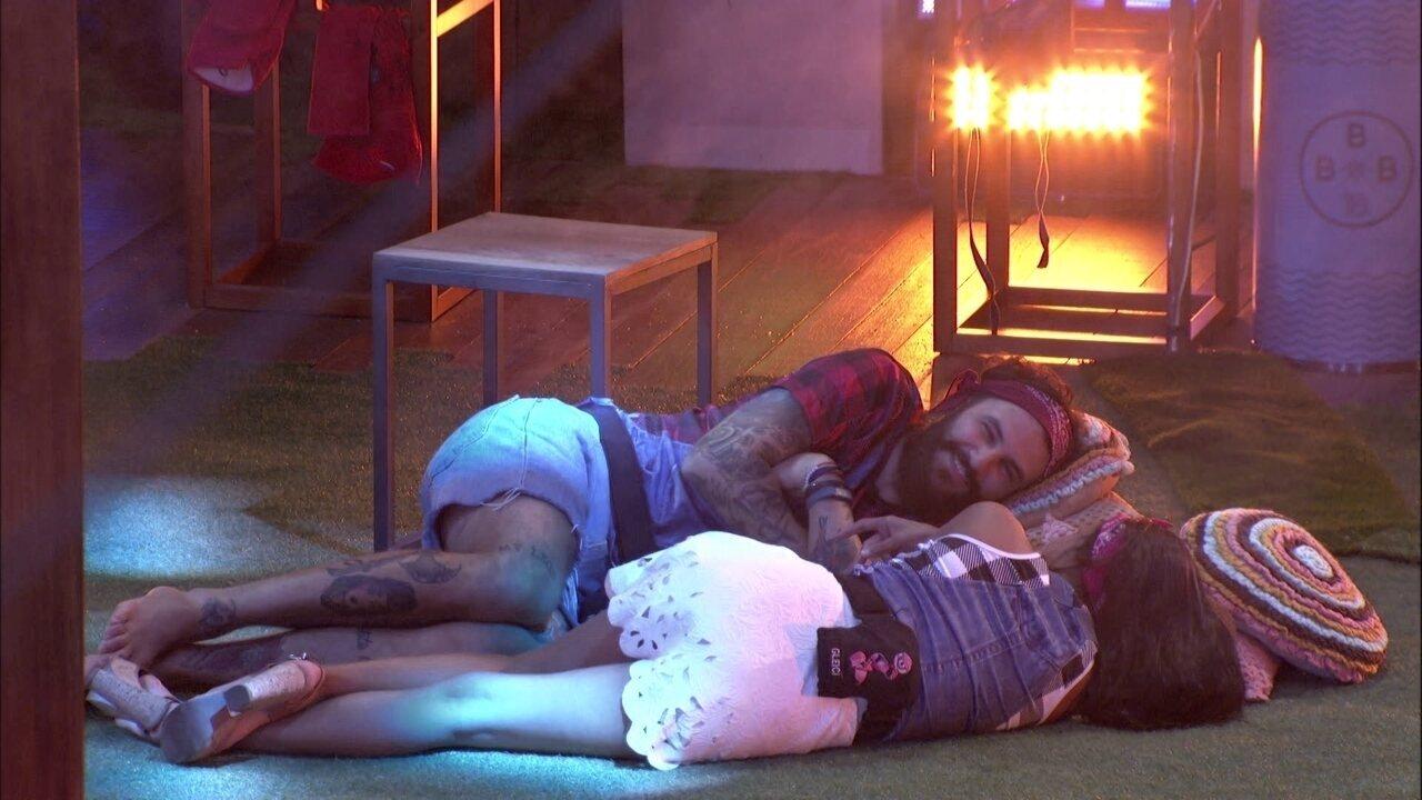Gleici e Wagner conversam deitados no gramado e pensam na próxima liderança