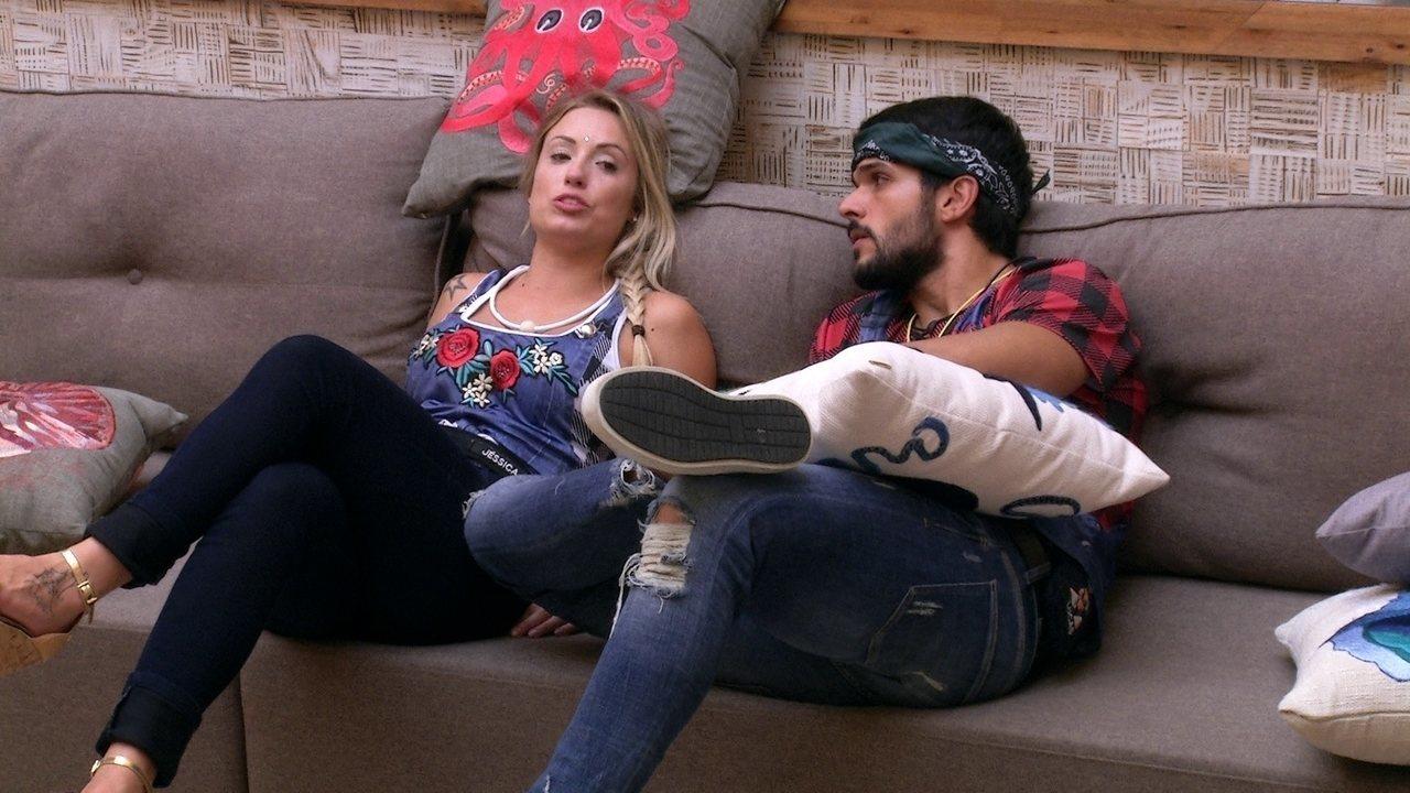 Lucas diz para Jéssica: 'Você ficou estranha depois que a gente conversou'