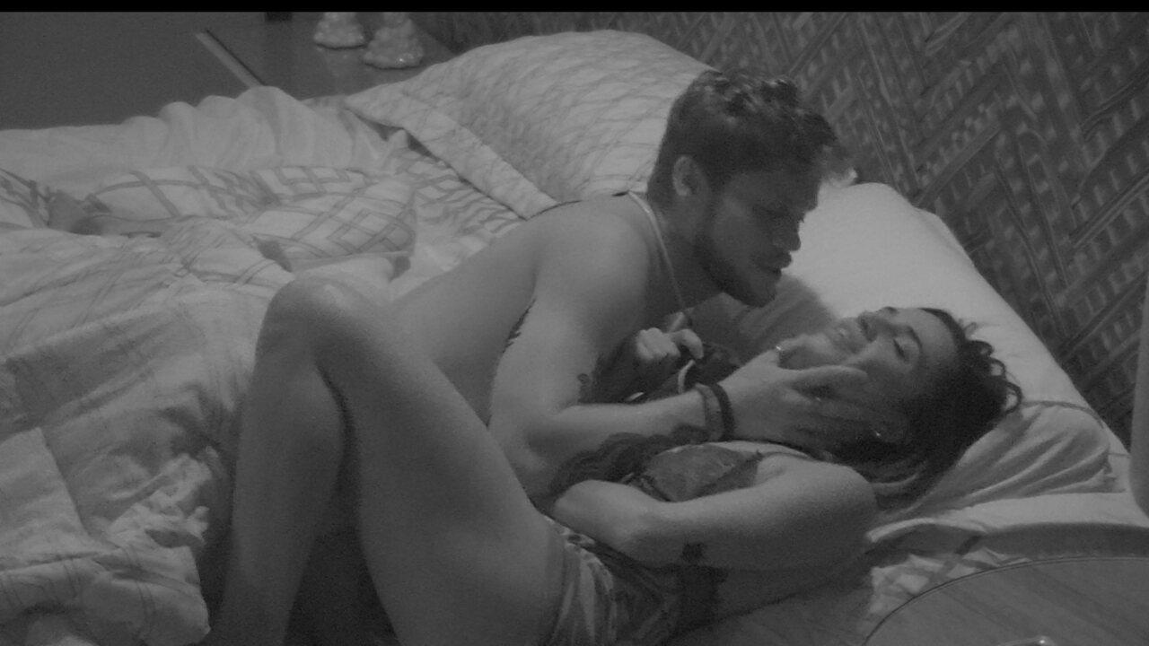 Breno tenta beijar Paula: 'Olha pra mim'