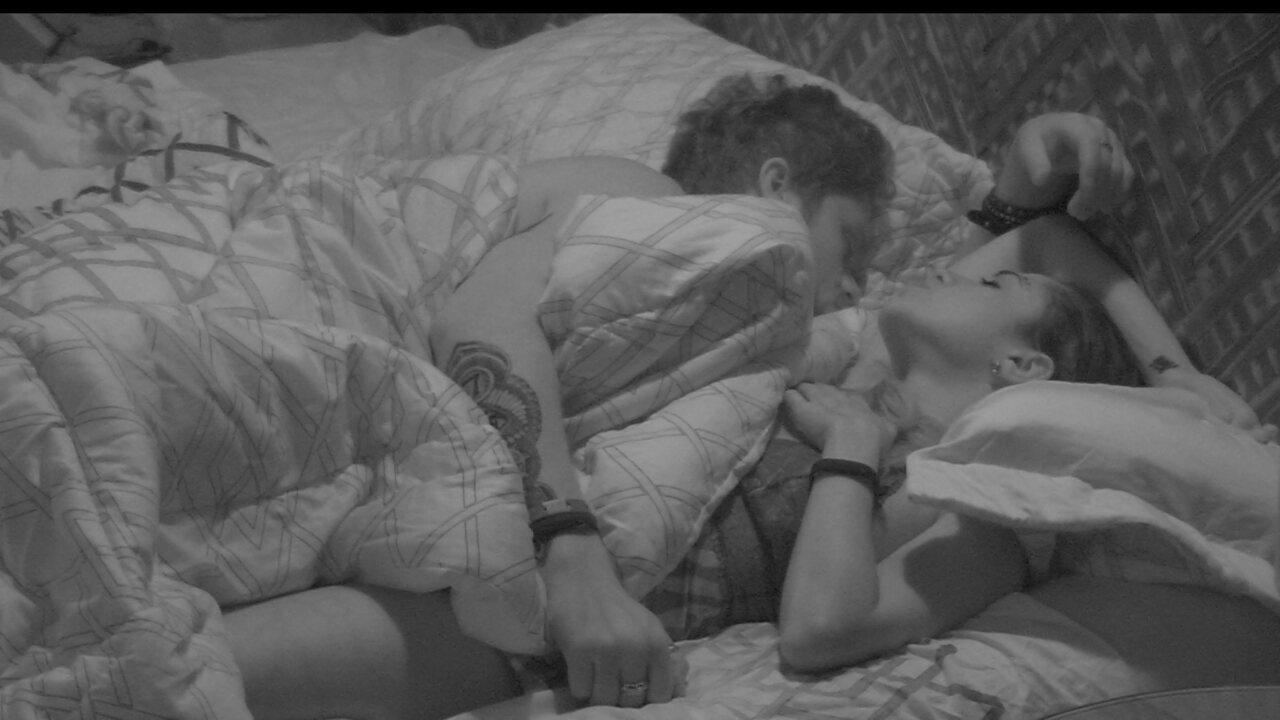 Dormindo, Breno coloca o braço em cima de Paula no Bangalô do Líder