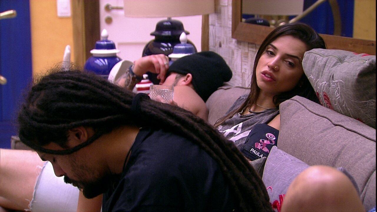 Paula explica para Ayrton quem é Naiara Azevedo