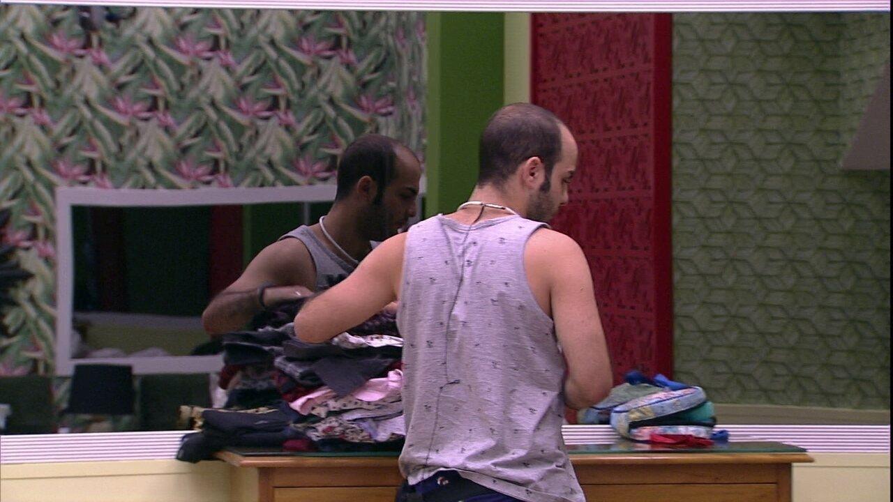 Mahmoud arruma suas roupas no Quarto Tropical