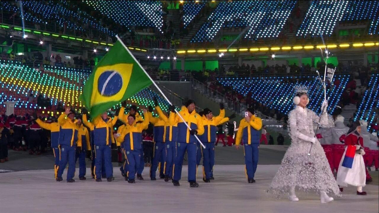 Time brasileiro entra cheio de animação no estádio olímpico de PyeongChang
