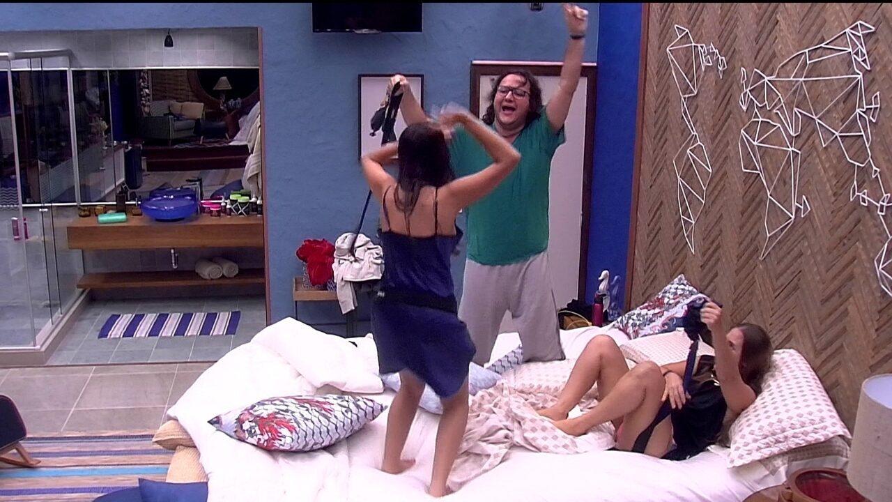Diego, Ana Paula e Patrícia pulam na cama do Líder e imitam risada de bruxa