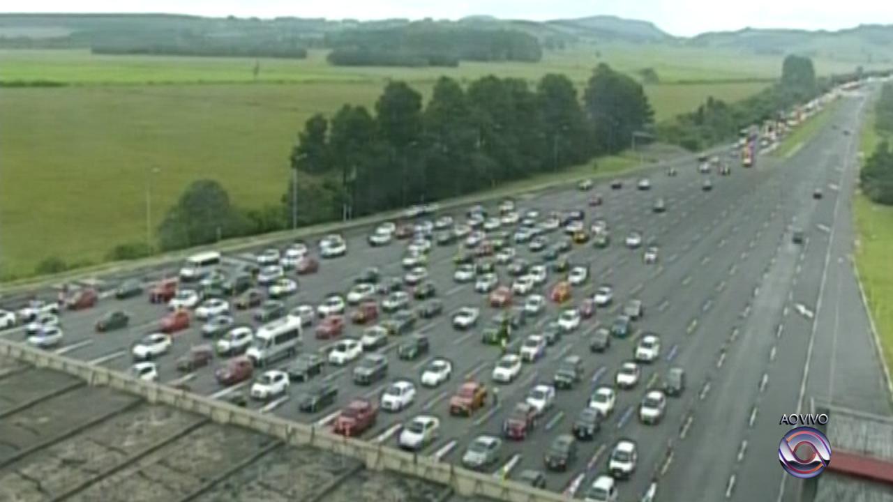Transito na freeway é intenso neste sábado (10)
