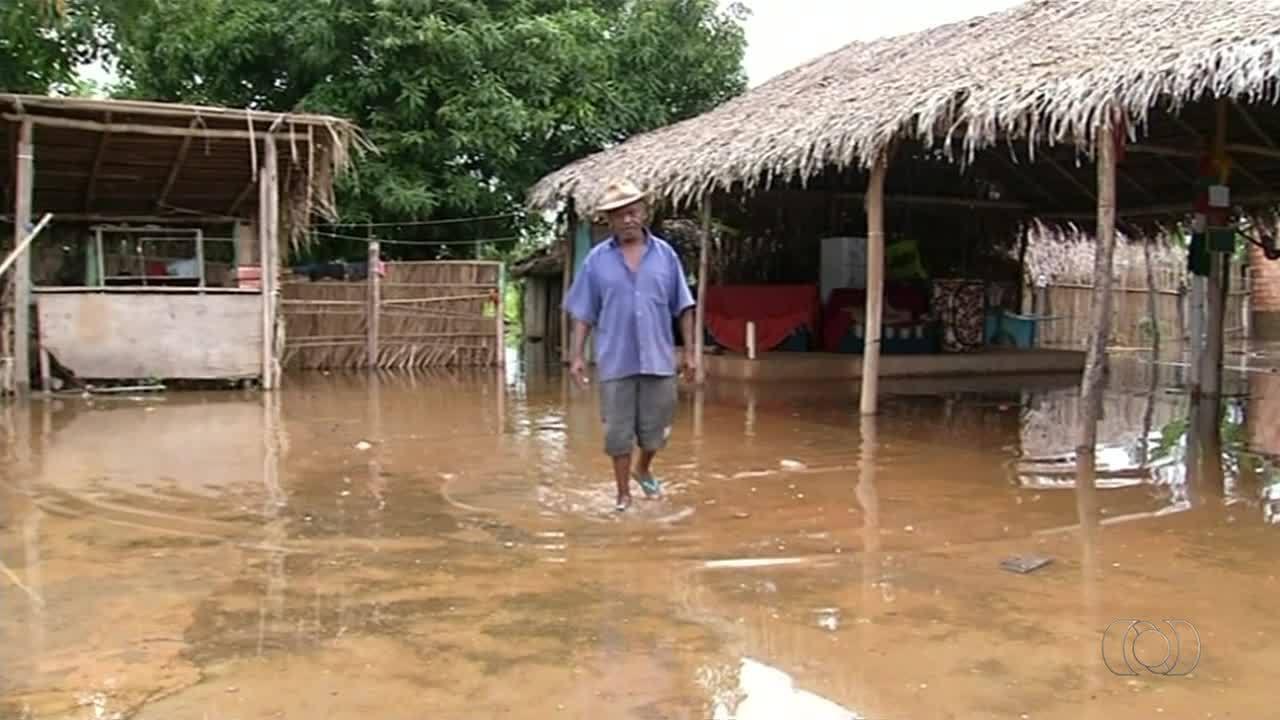 Famílias sofrem com prejuízos após rios transbordarem em Araguanã
