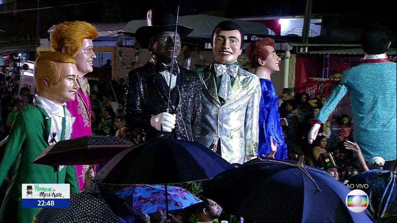 Bonecos gigantes se unem ao desfile do Homem da Meia-Noite