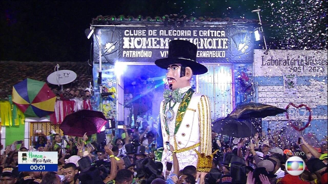 Homem da Meia-Noite encanta multidão em Olinda