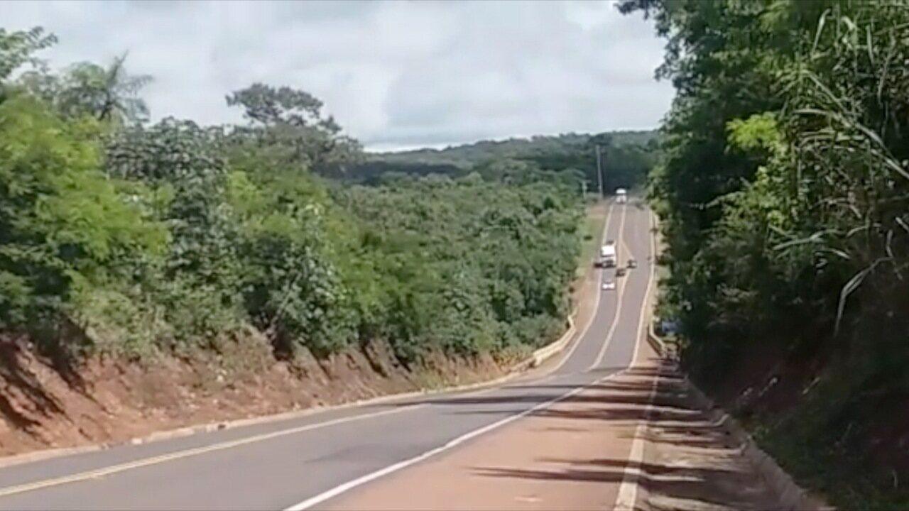 Vídeo da PRF flagra três veículos fazendo ultrapassagem proibida simultaneamente na BR-163