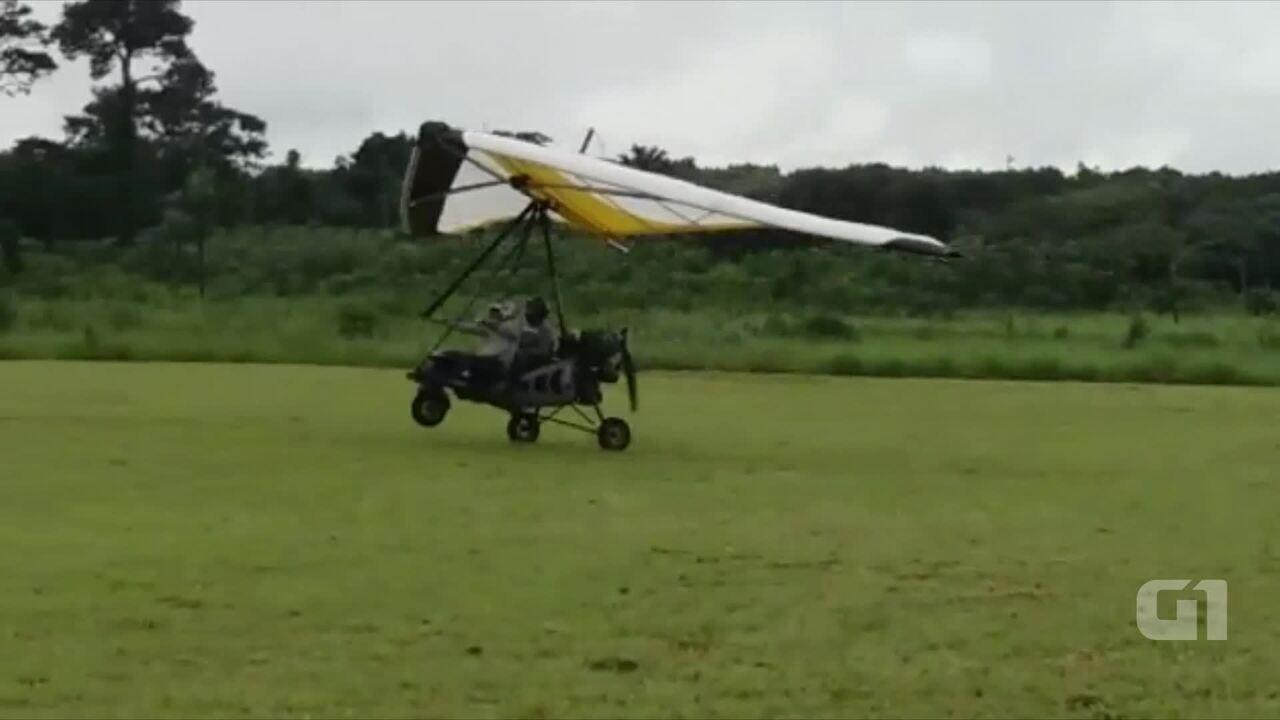 Vídeo mostra piloto e passageiro em ultraleve minutos antes de queda em Rio Branco