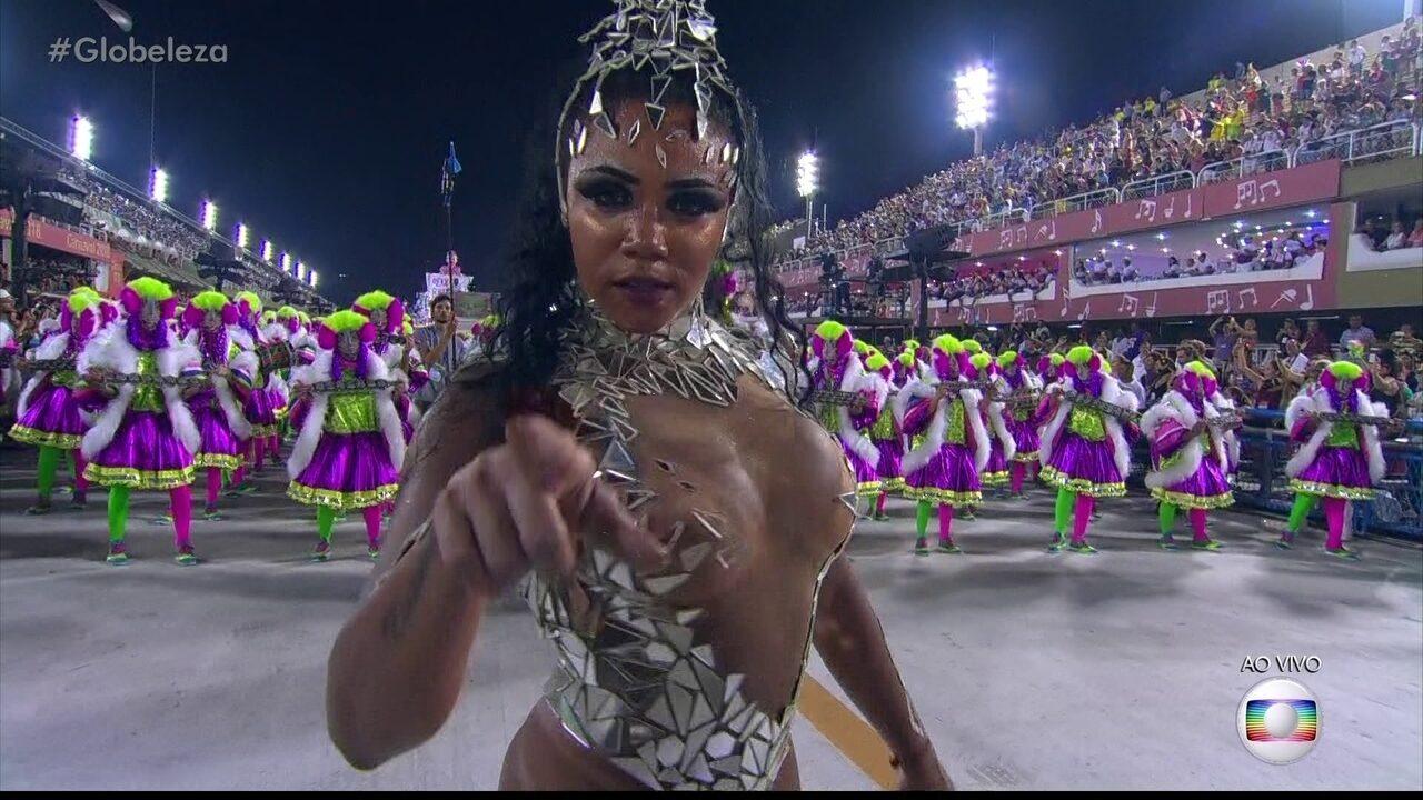 Evelin Bastos é a rainha de bateria da Mangueira
