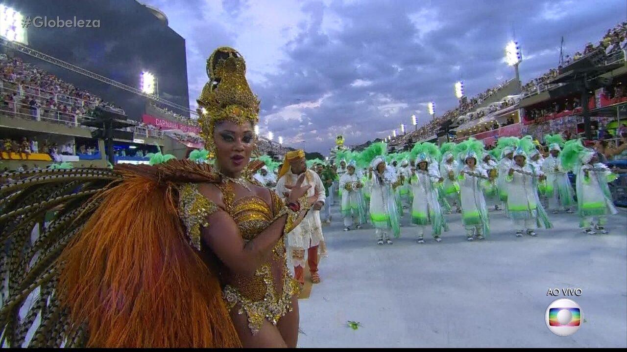 Rainha da Mocidade mostra que tem samba no pé no desfile da escola