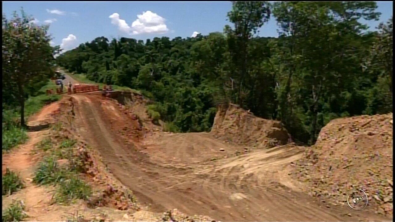 Moradores reclamam de cratera aberta há um mês em rodovia de Itaporanga