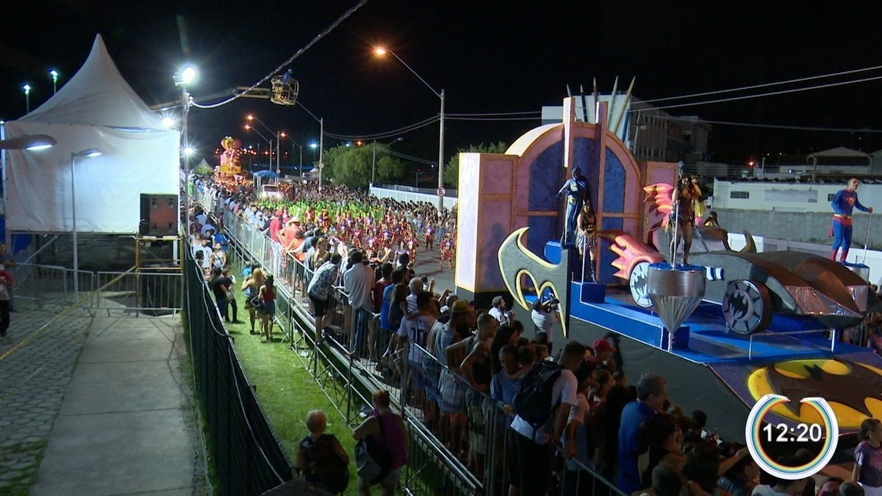 Escolas de samba desfilam em Jacareí