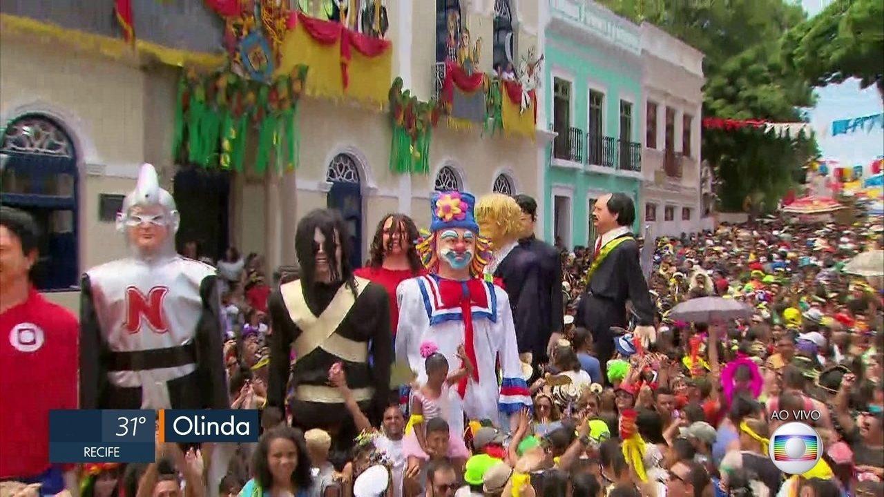 Bonecos gigantes fazem a festa dos foliões nas ladeiras de Olinda
