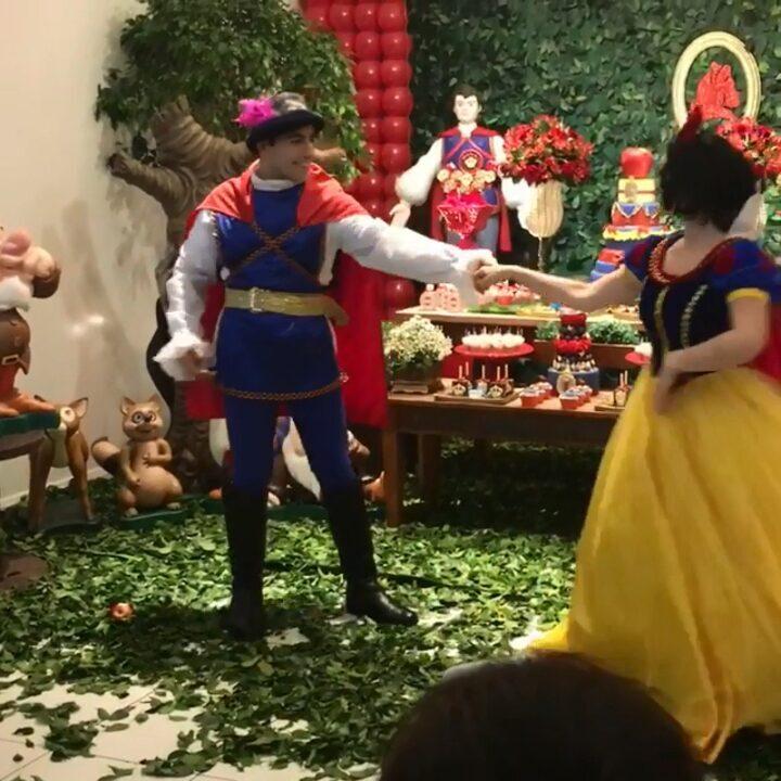 Kaysar, o 'príncipe encantado', dança com a Branca de Neve