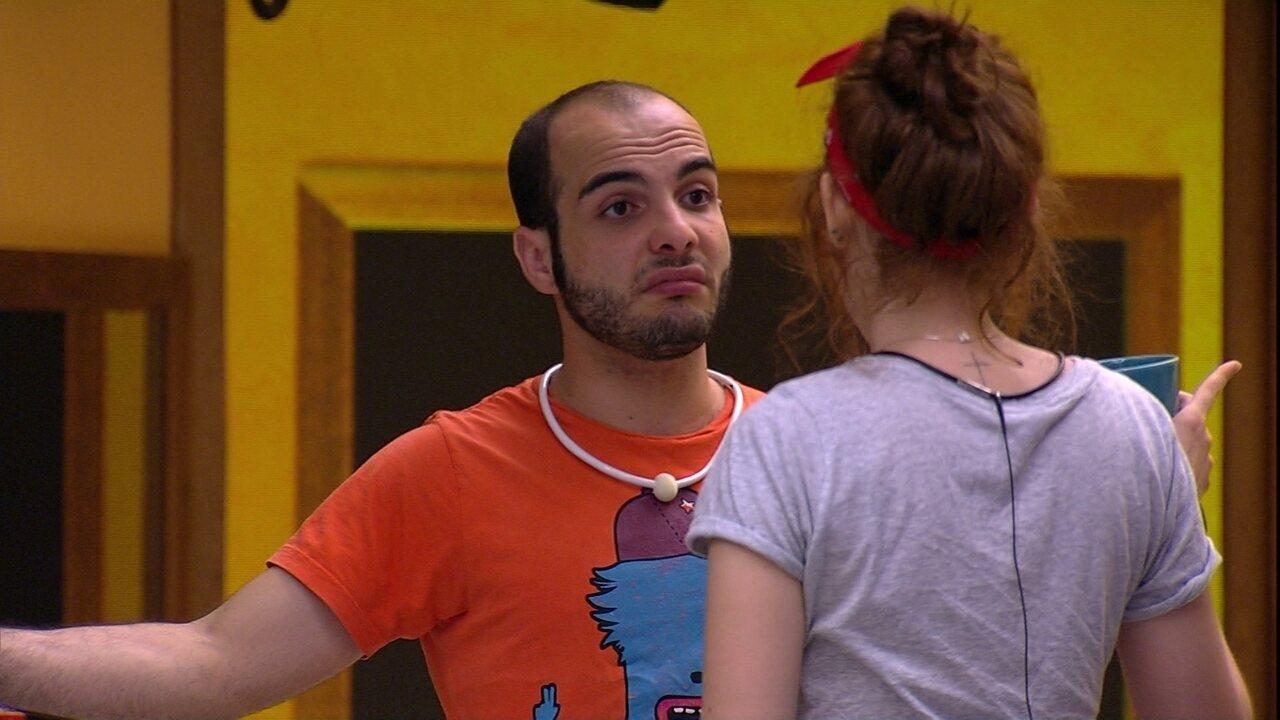 Mahmoud comenta com Ana Clara sobre brincadeira de Caruso: 'Eu acordei três vezes'