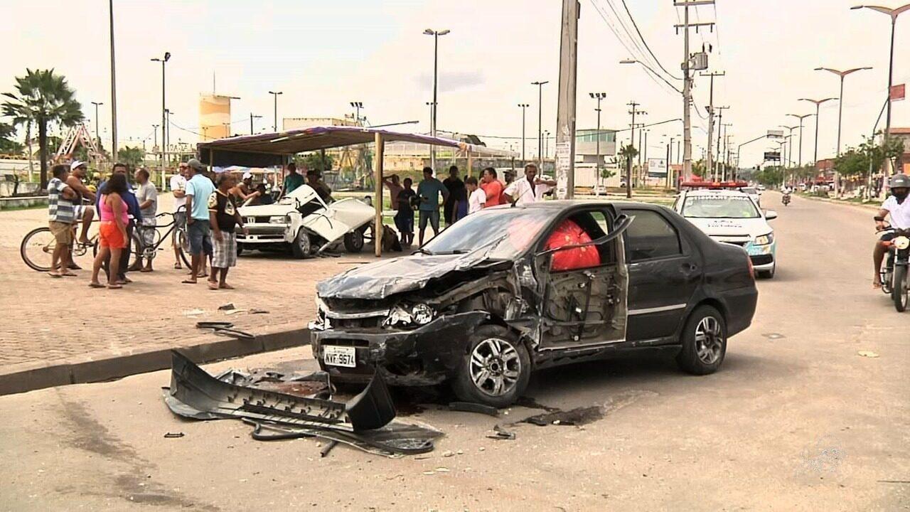 Três pessoas ficam feridas após assaltante causar acidente em fuga