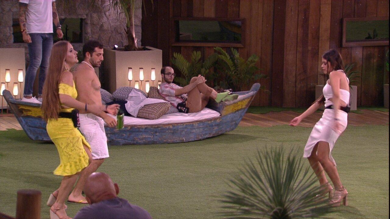 Mahmoud observa Ana Paula e brothers dançando no gramado