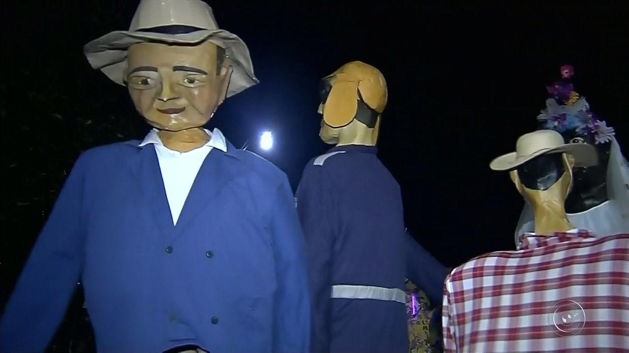 Carnaval de Torrinha reúne mais de 60 mil foliões e tem presença dos famosos 'bonecões'