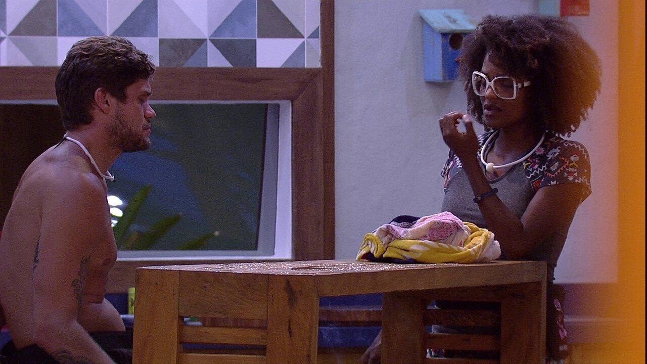 Nayara pergunta a Breno: 'Quem te interessa aqui?'