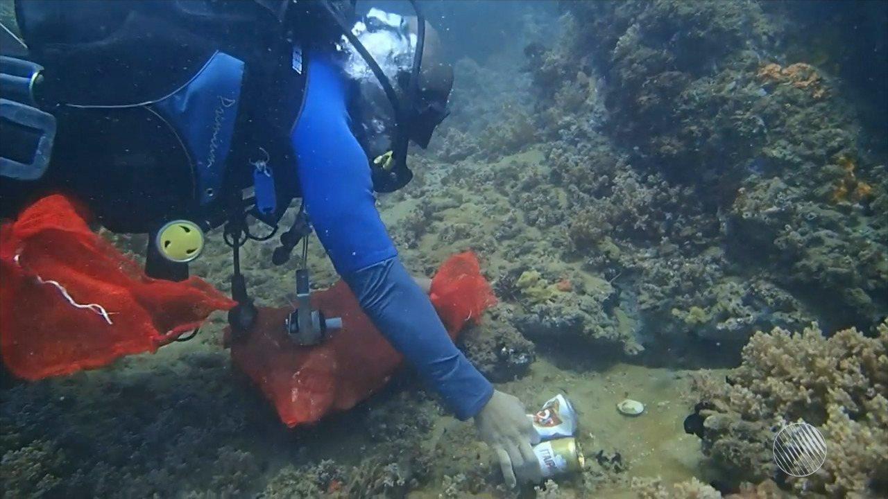 Mergulhadores removem 48 kg de lixo em limpeza no mar da Barra após o carnaval