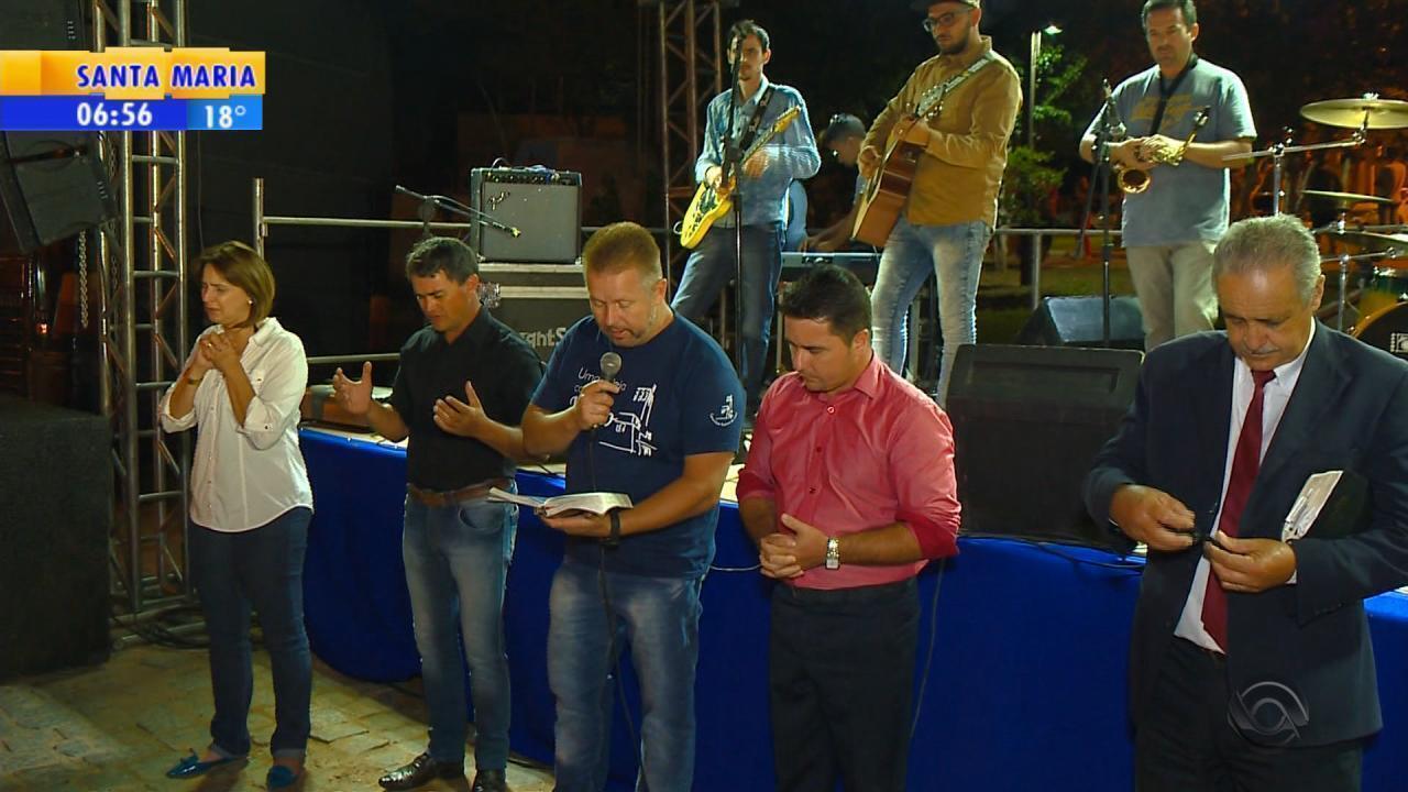 Fiéis se reúnem em oração para pedir chuva em Cristal