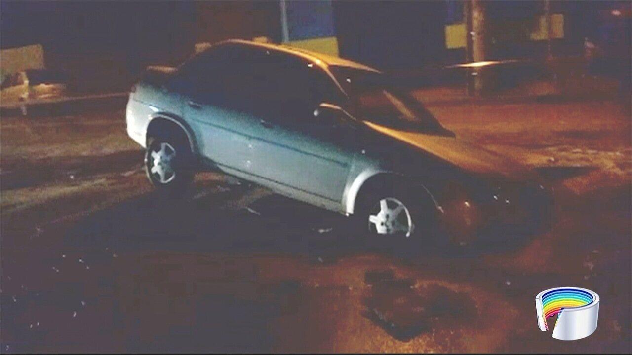 Carro cai em buraco em São José
