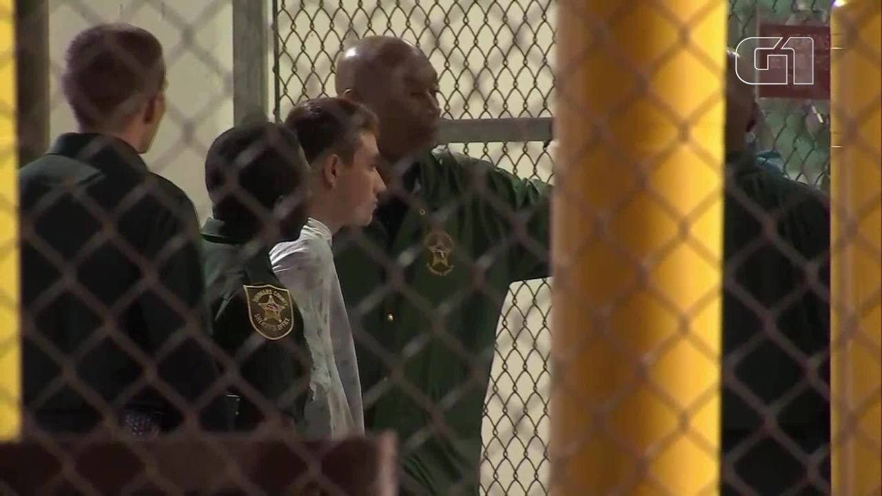 Nikolas Cruz, atirador de escola da Flórida, chega à prisão no condado de Broward