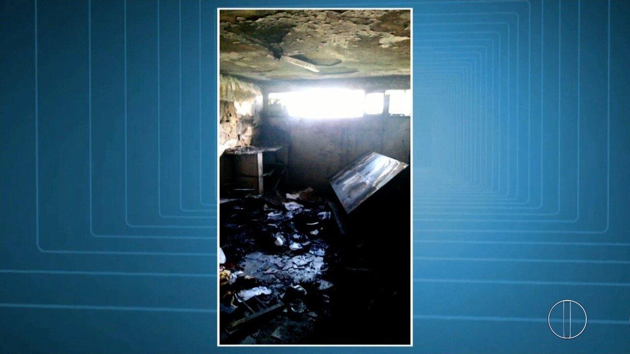 Ladrões arrombam escola em Macaé, RJ, e colocam fogo na sala da diretoria