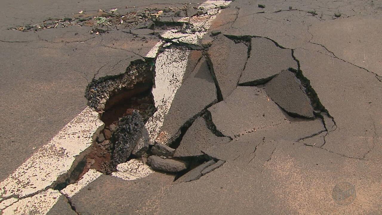Cratera aberta por chuva causa transtornos a motoristas na Avenida Costa e Silva em Ribeir